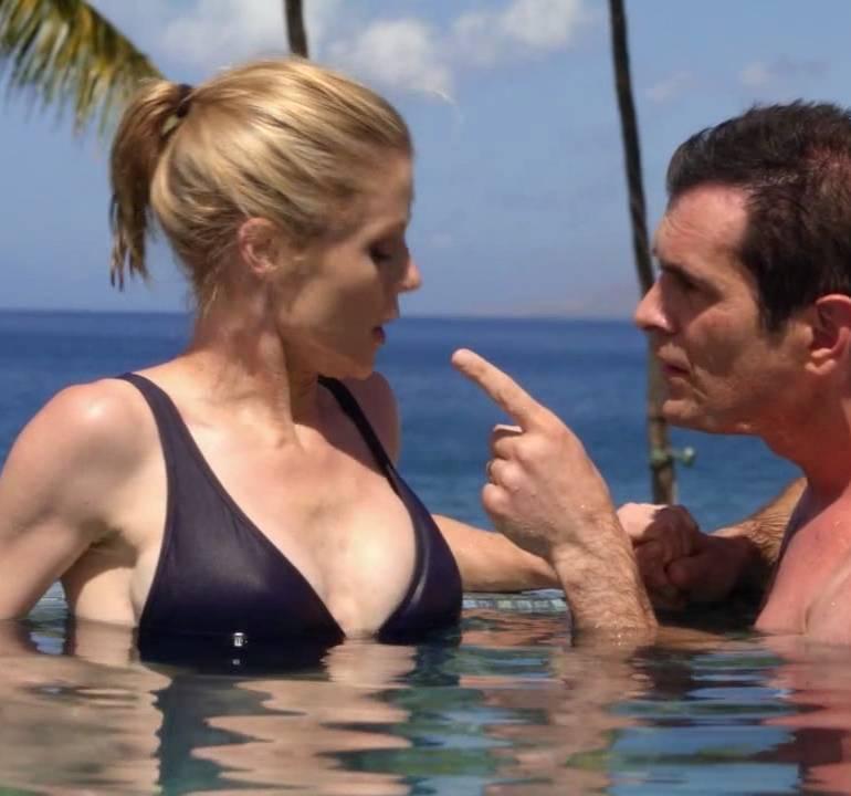 Pop Minute - Julie Bowen Swimsuit Modern Family Photos - Photo 9