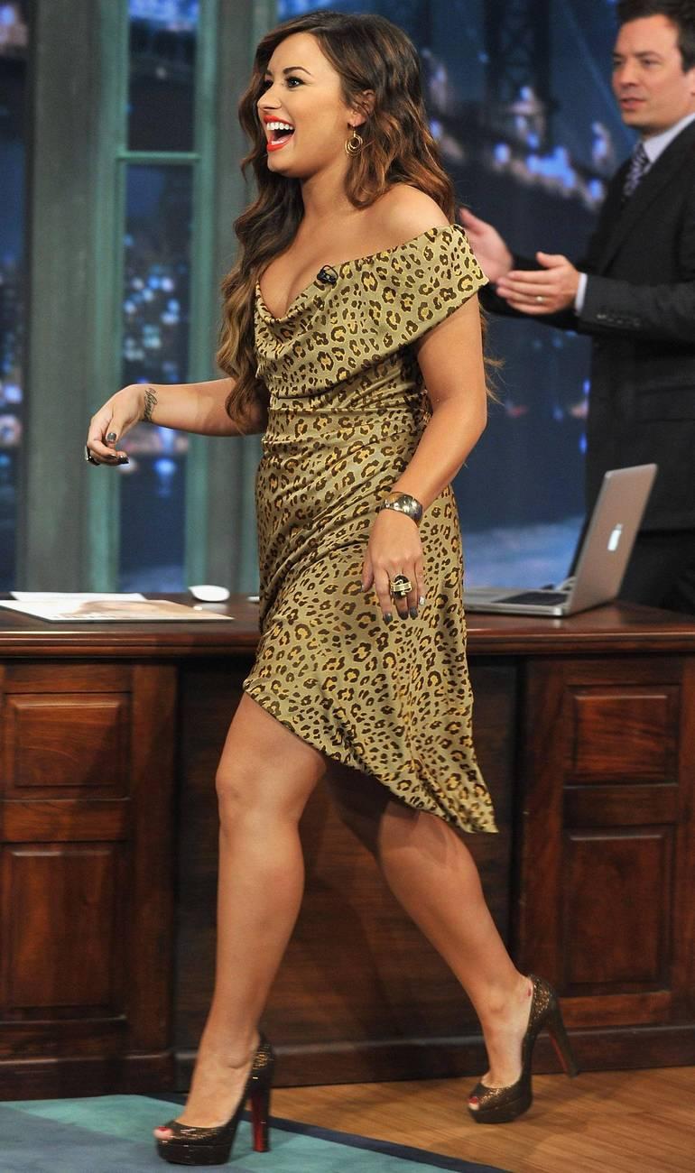 Pop Minute - Demi Lovato Legs Fallon Photos - Photo 2